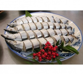 東紀州秋刀魚壽司的特徵是會留下魚頭